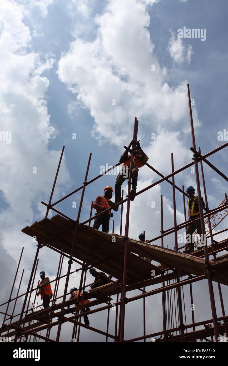 Lavoratori su un ponteggio in un cantiere in Nigeria Lagos Immagini Stock