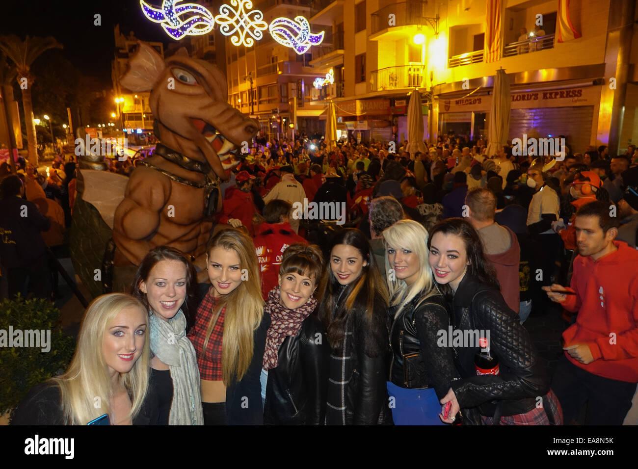 Benidorm, Costa Blanca, Spagna. Domenica, 9 novembre 2014. Un gruppo di giovani ragazze inglesi posano per una foto Immagini Stock