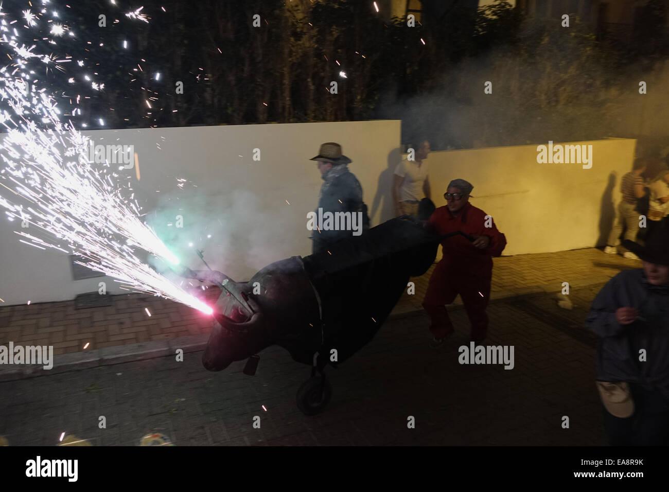 Il spostando il fuoco o il correfoc pirotecnico spettacolare ha avuto luogo a 2am, avvolgimento attraverso la città Immagini Stock