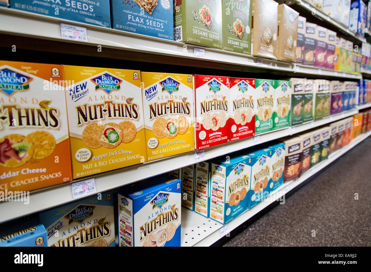 Scatole di diamante blu Nut-Thins sedersi sugli scaffali dei negozi di alimenti naturali store. Immagini Stock
