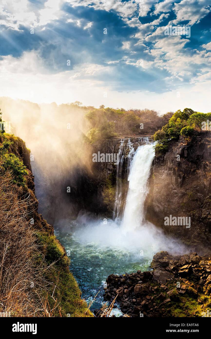 La Victoria Falls è la più grande tenda di acqua nel mondo (1708 metri). Le cascate e la zona circostante Immagini Stock