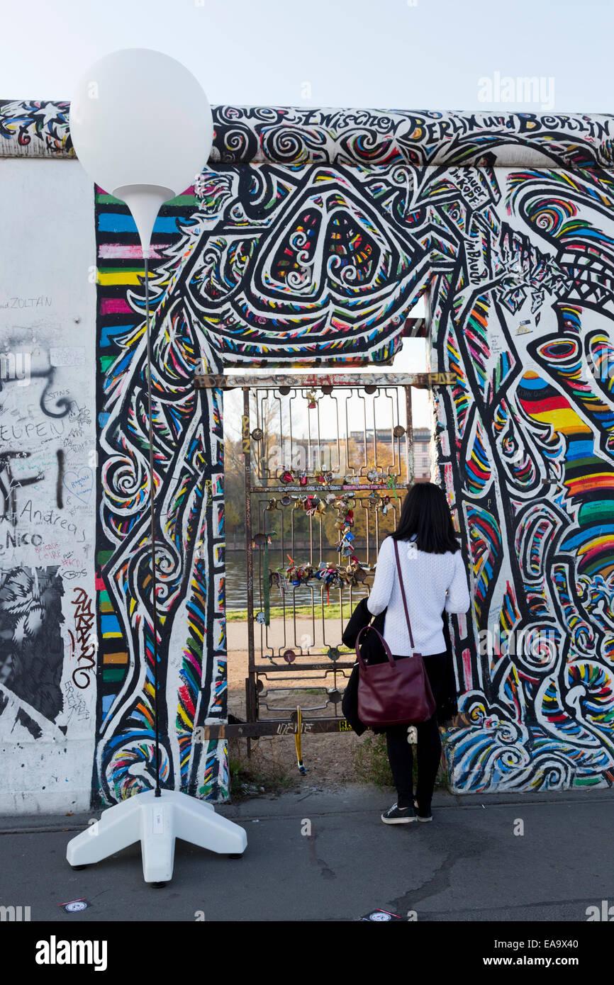 Lichtgrenze arte di installazione per il XXV anniversario della caduta del muro di Berlino alla East side gallery Immagini Stock
