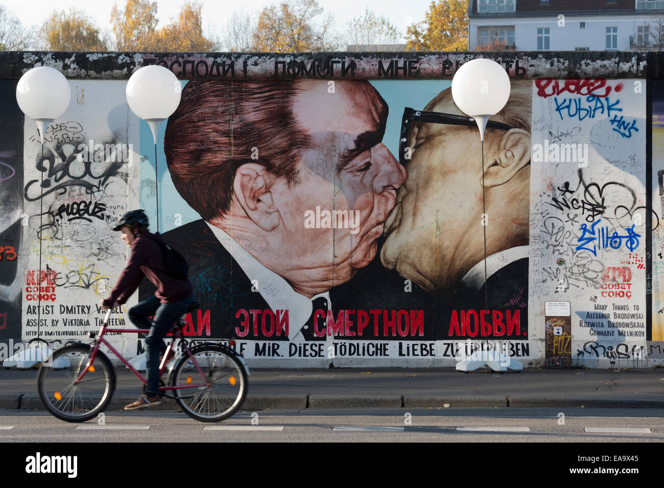 Lichtgrenze arte di installazione per il XXV anniversario della caduta del muro di Berlino alla galleria sul lato Immagini Stock
