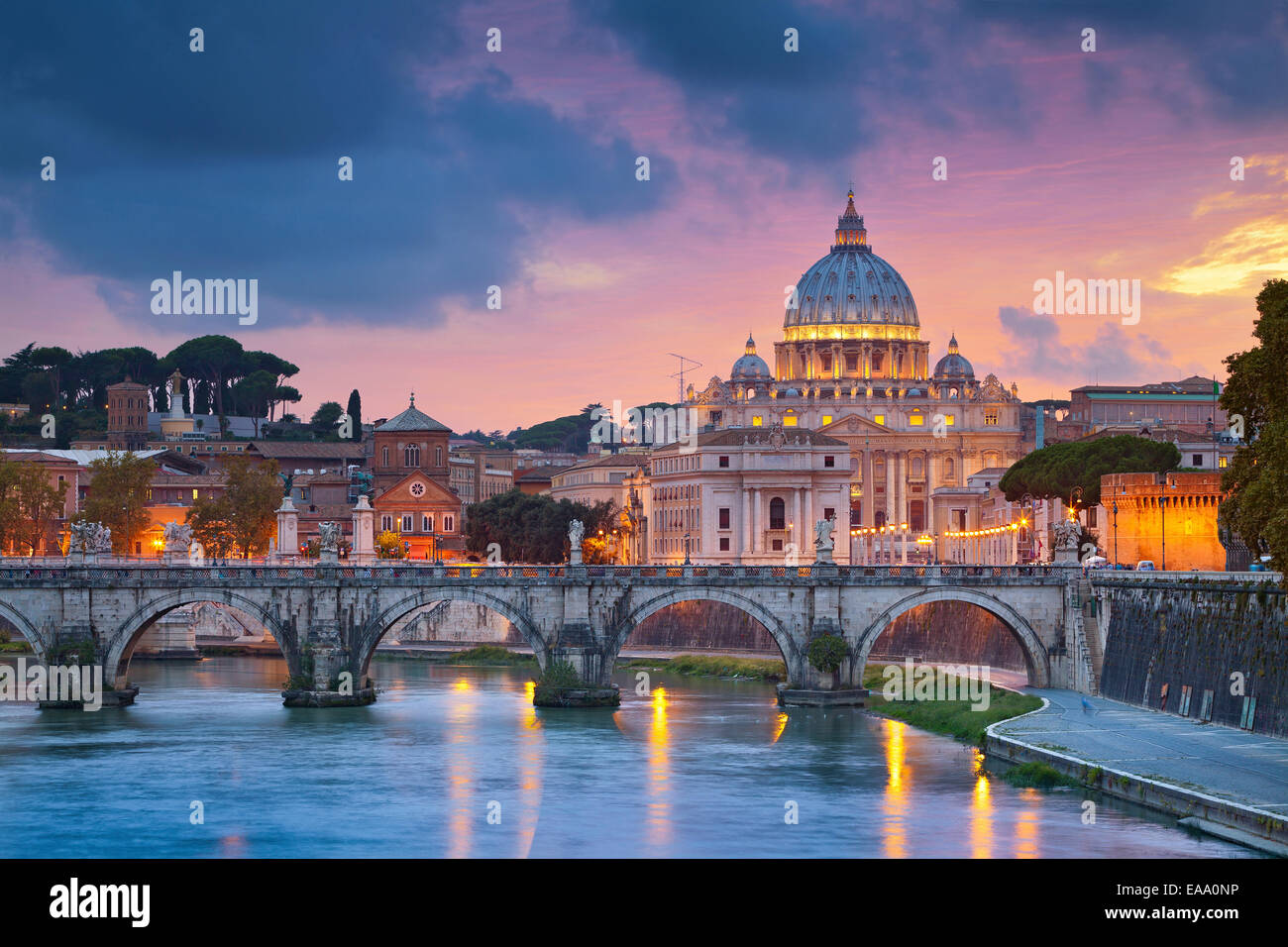 Vista della Basilica di San Pietro in Roma, Italia durante il bellissimo tramonto. Immagini Stock