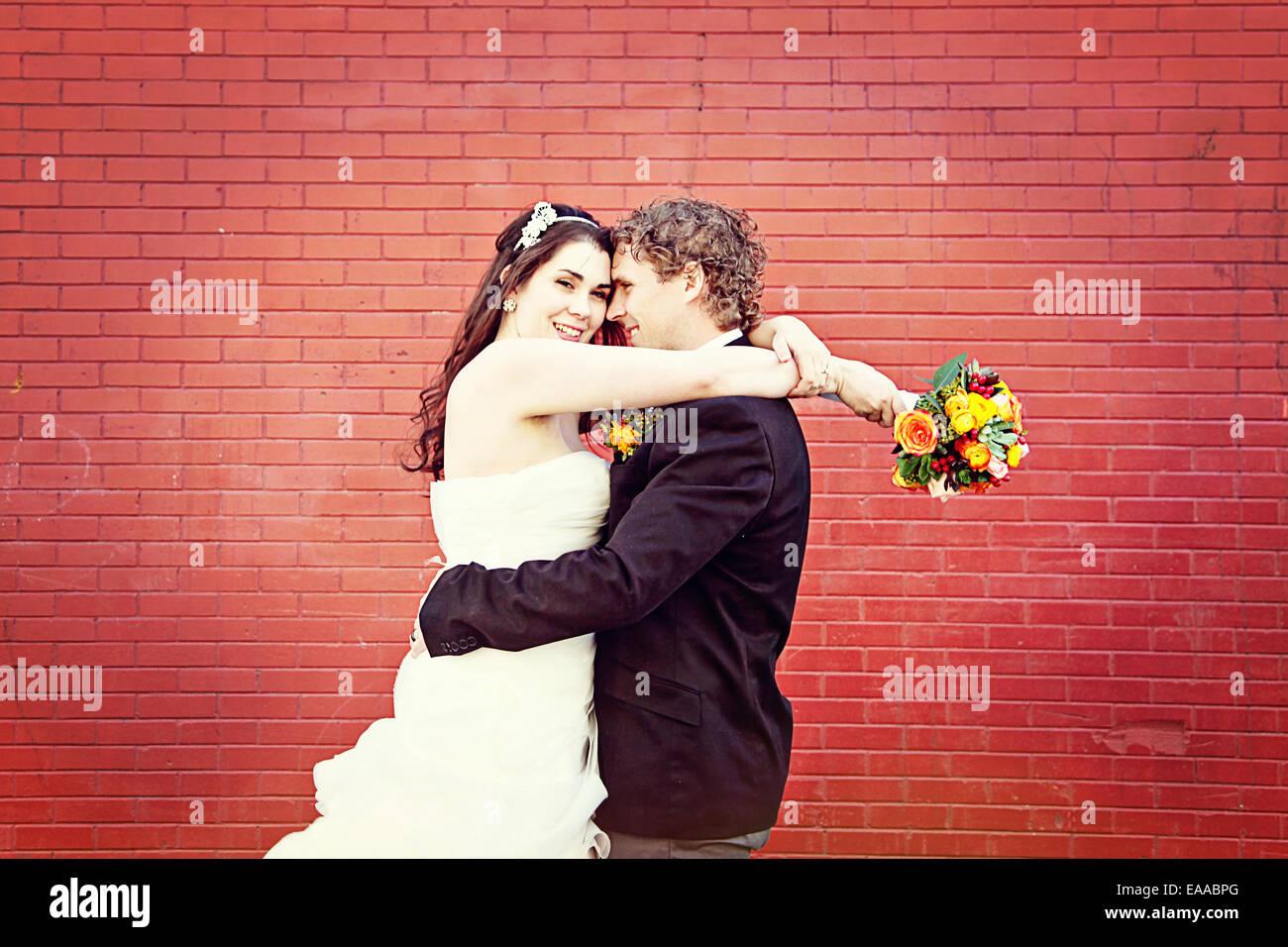 Coppie in viaggio di nozze su vi wedding day - la sposa e lo sposo Immagini Stock