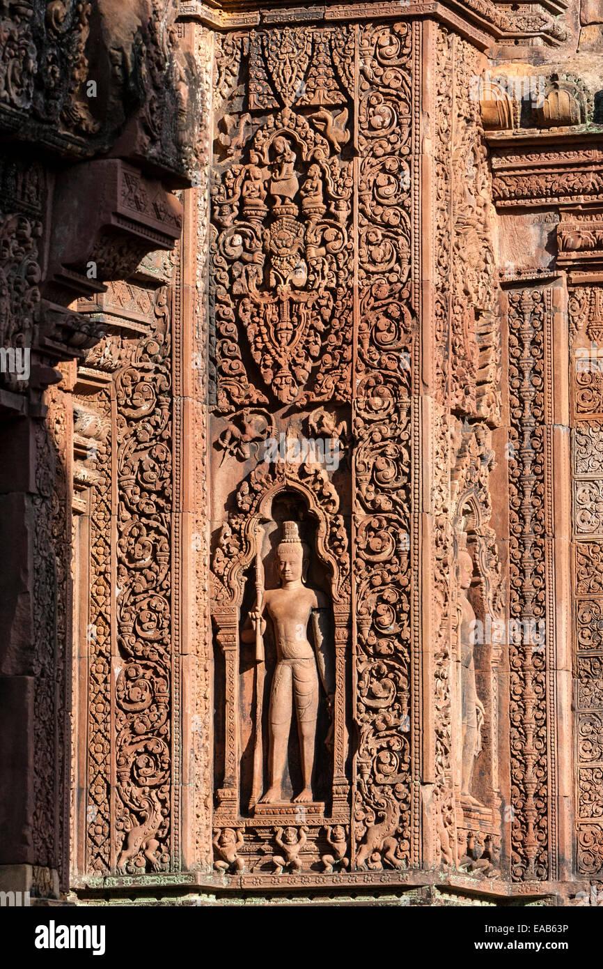 Cambogia, Banteay Srei Tempio. Un Devata, una divinità Indù. Immagini Stock