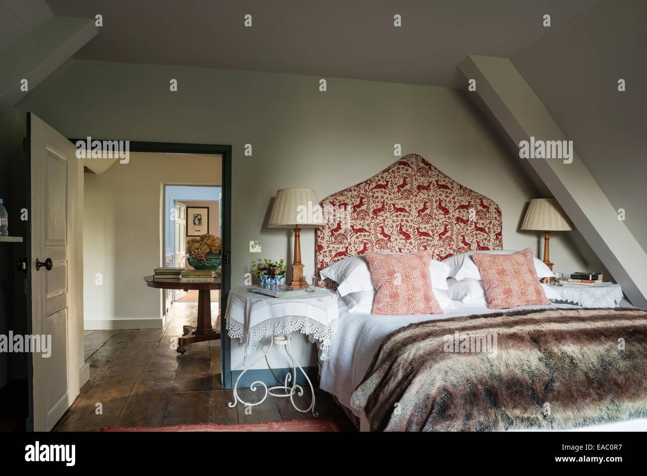 Illuminazione Camera Da Letto Mansardata : Mansarda camera da letto in stile con la testiera imbottita e