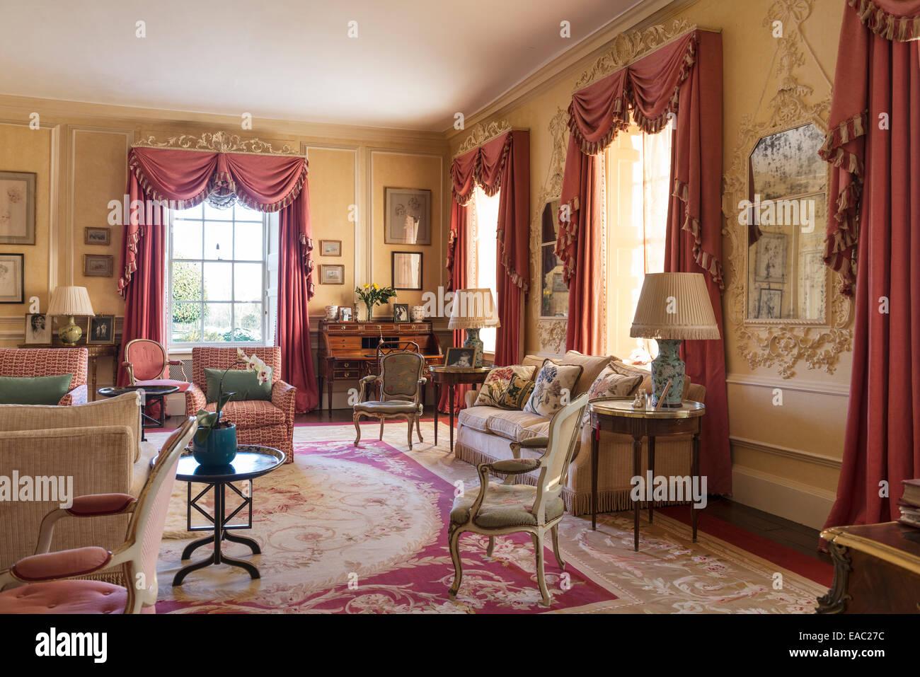 Tappeto Da Salotto Rosa : Rosa polveroso tende colorate con festoni e code in salotto