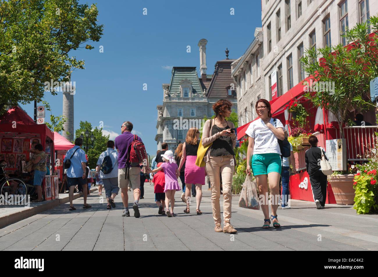 Persone che passeggiano sul posto Jacques Cartier, la Vecchia Montreal, Canada. Immagini Stock
