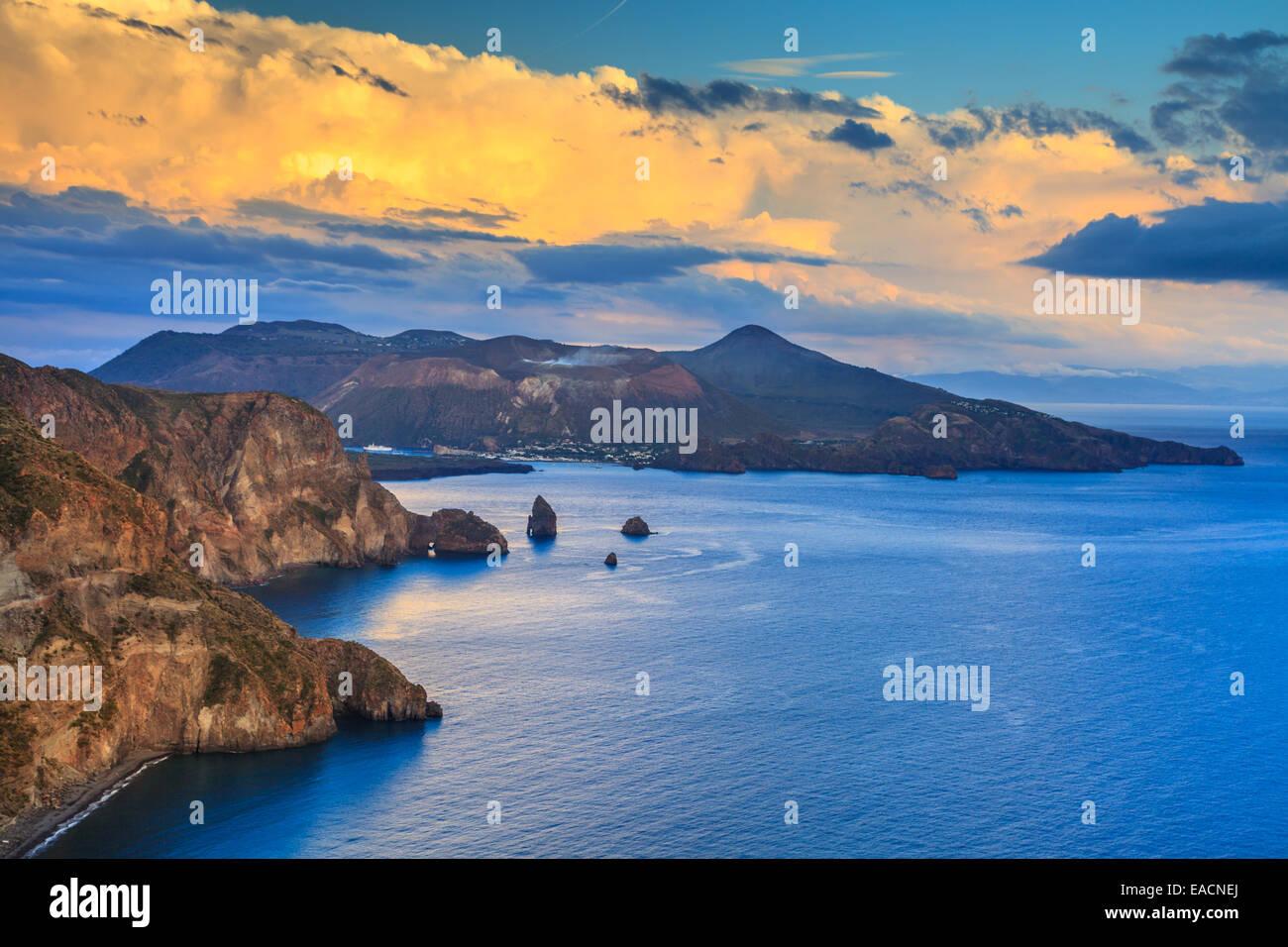 Vista su isola di Vulcano da Lipari Immagini Stock