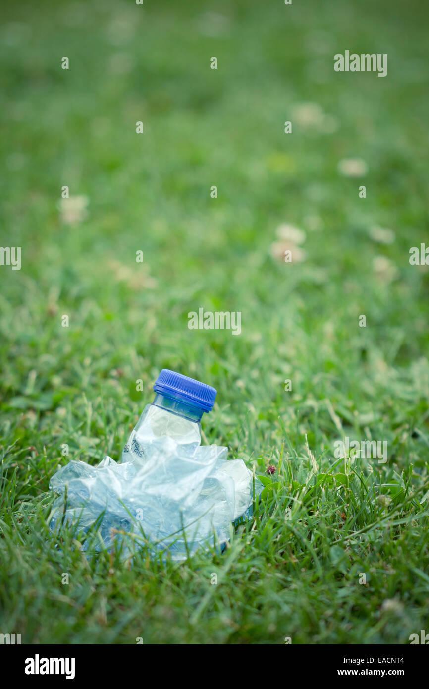 La bottiglia di plastica di acqua compressa, schiacciati Immagini Stock