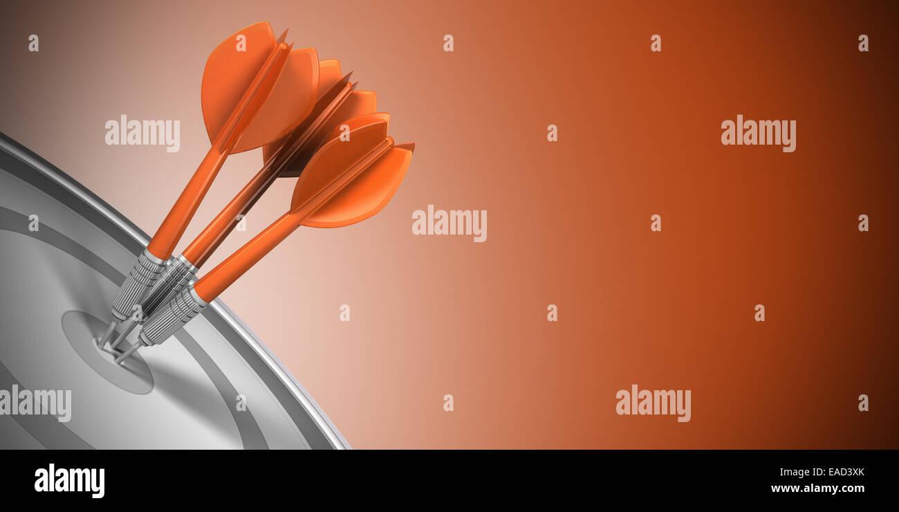 Tre freccette di colpire il centro del bersaglio su sfondo arancione. Il successo aziendale Concetto di immagine. Foto Stock