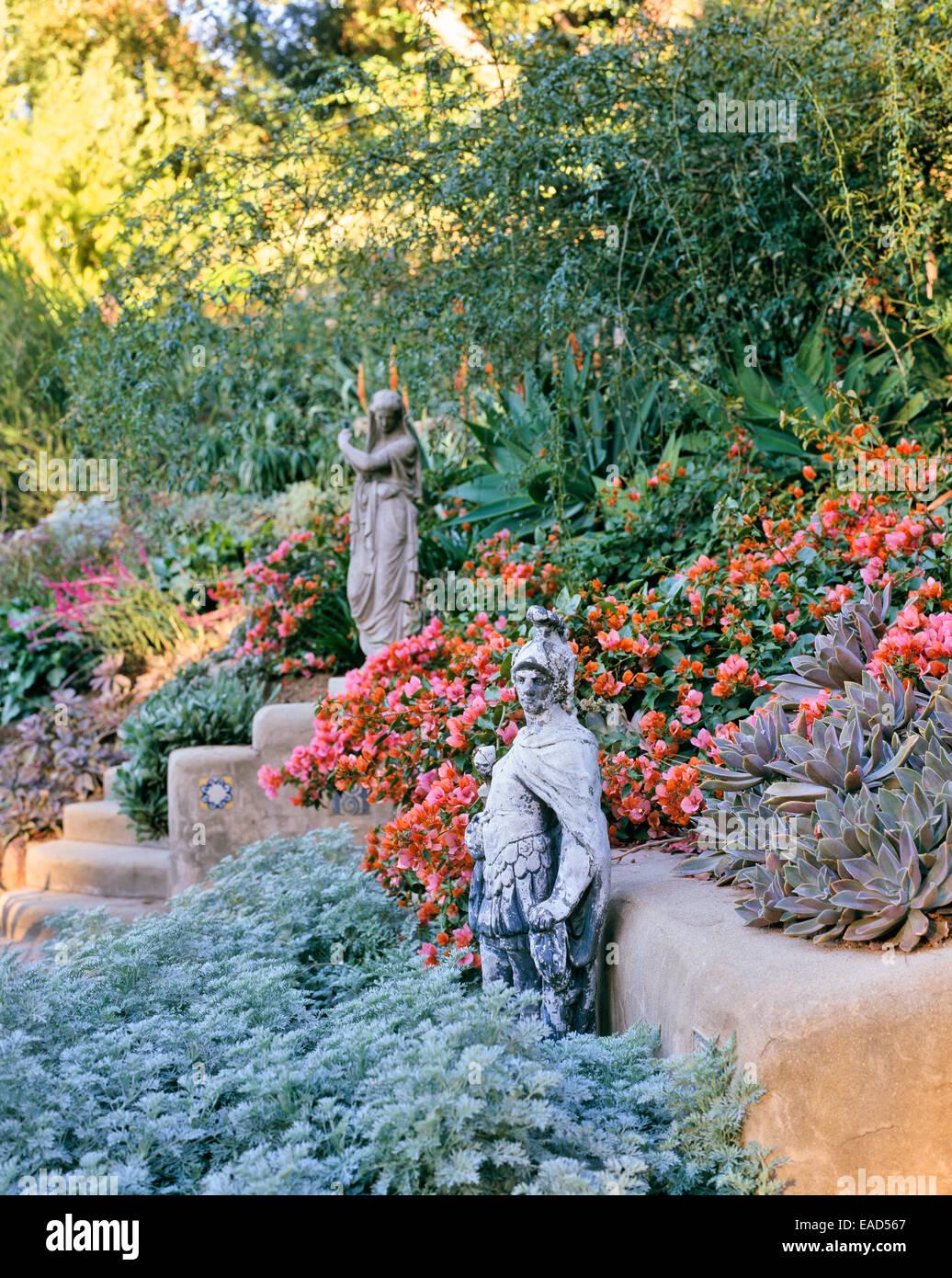 Fioritura giardino nel deserto con la scultura in Los Angeles Immagini Stock