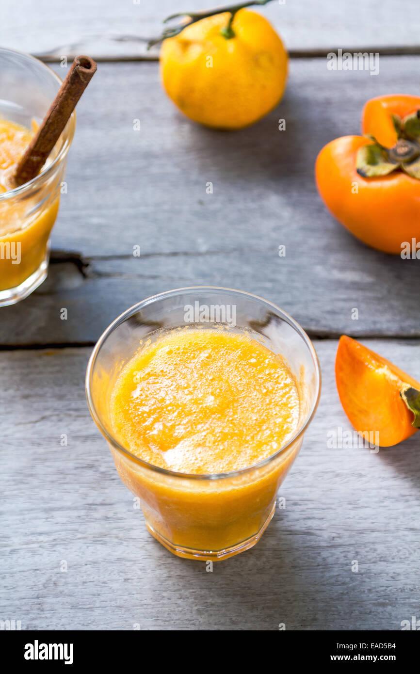 Cachi con orange smoothie da ingredienti freschi Immagini Stock