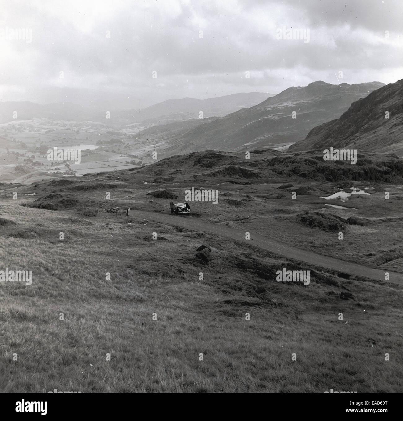 Degli anni Cinquanta, storico auto parcheggiate nelle highlands scozzesi Immagini Stock