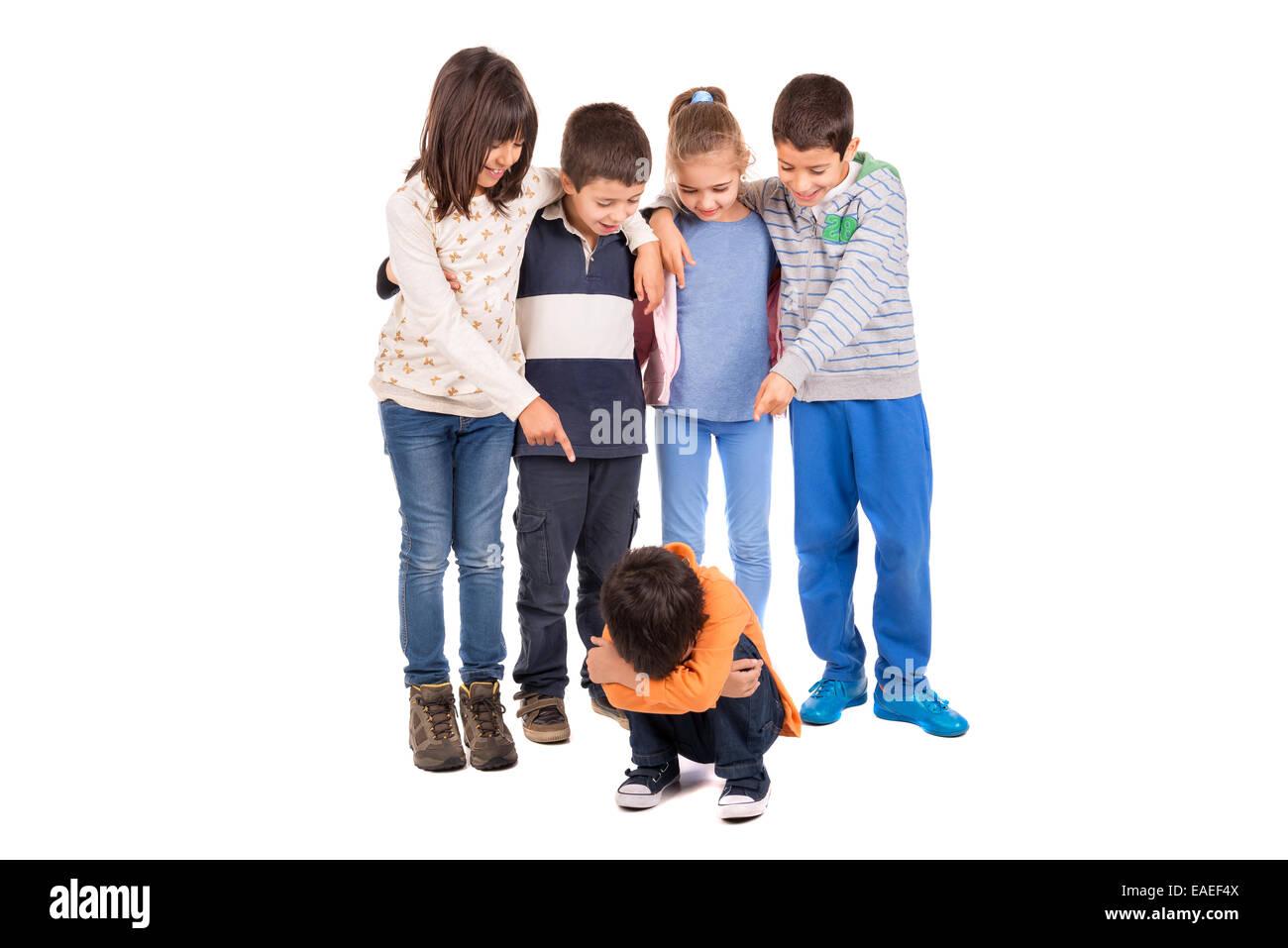 Gruppo di bambini bullismo un bambino isolato Immagini Stock