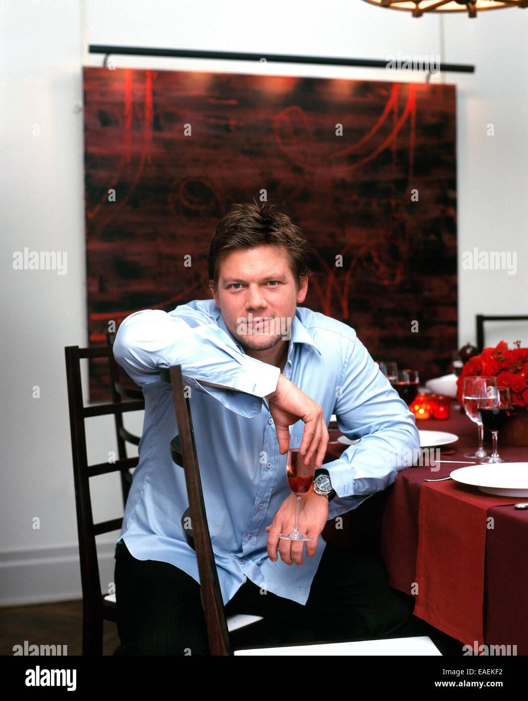 La televisione celebrity chef Tylor Firenze si siede al tavolo da pranzo Immagini Stock