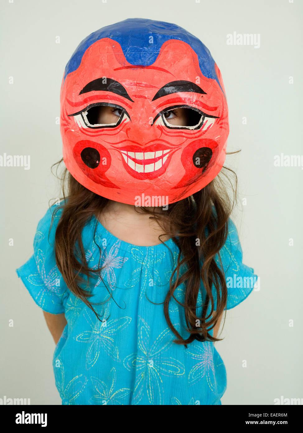 Giovane ragazza che indossa la carta cinese Mache mask Immagini Stock