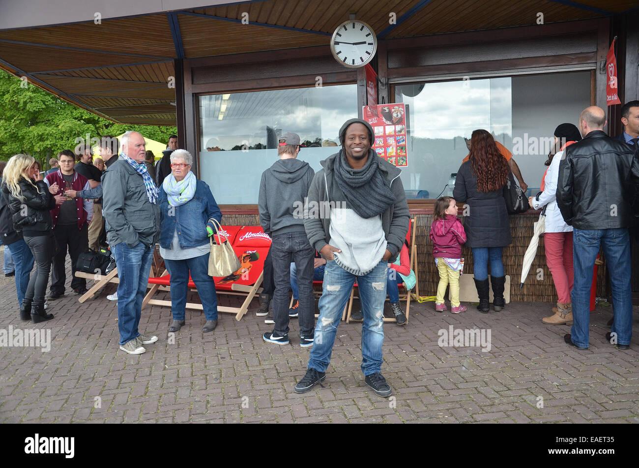 Mola Adebisi apre il proprio bar in spiaggia a Freibad ...