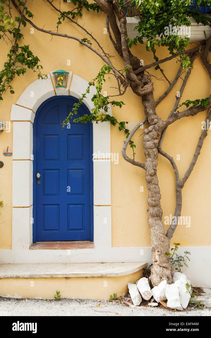 Una porta blu e stabilimento di Assos, Cefalonia. Immagini Stock