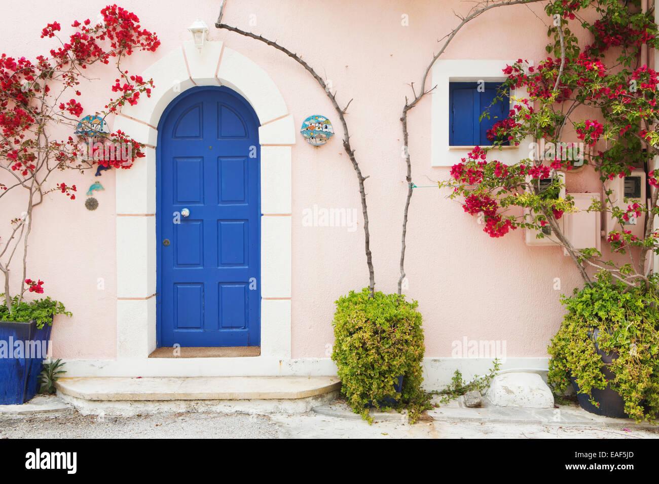 Una porta blu in Assos, Cefalonia. Immagini Stock