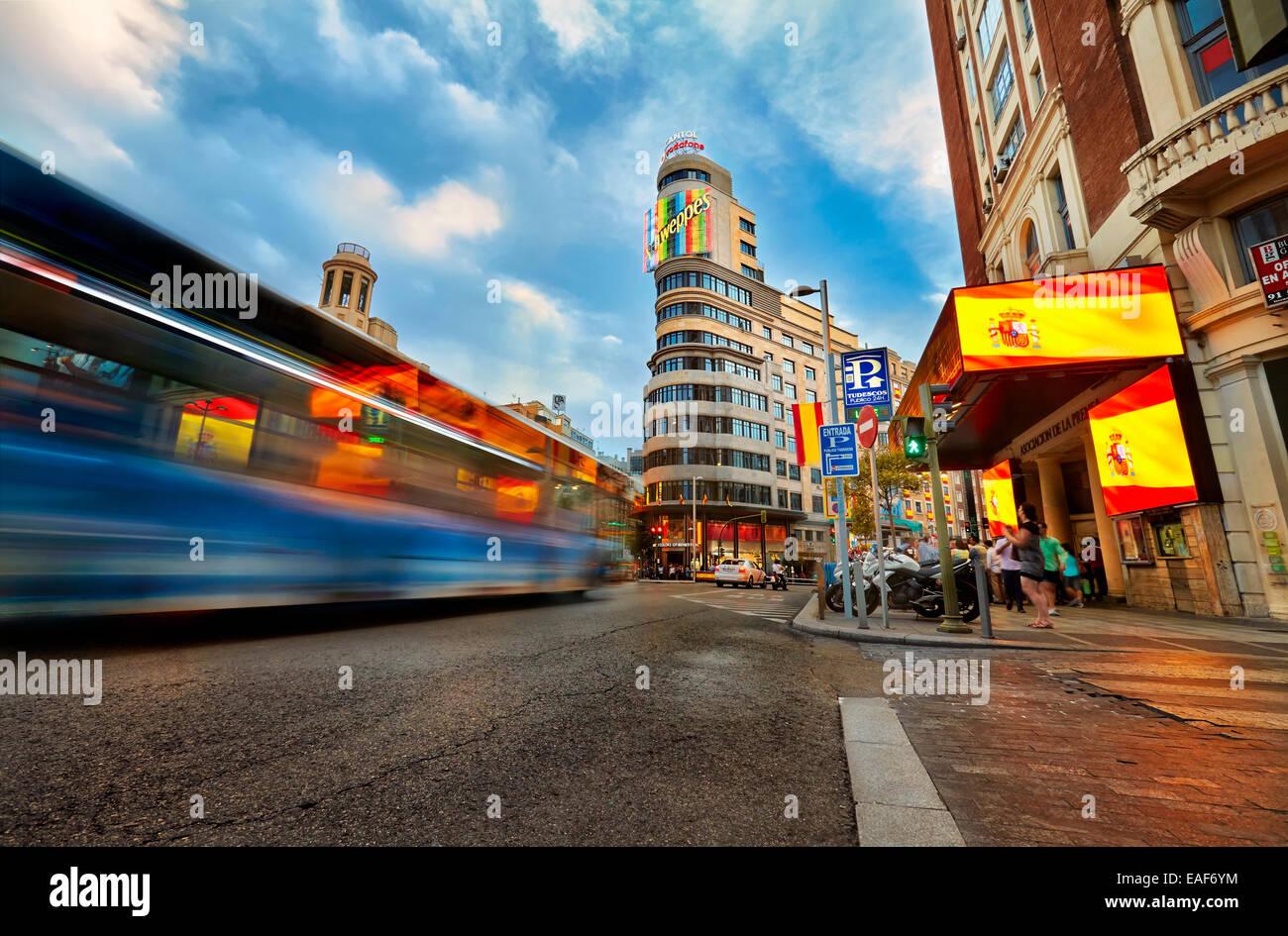 Traffico e insegne luminose in Gran Via street nella zona di intersezione con piazza Callao. Madrid. Spagna Immagini Stock