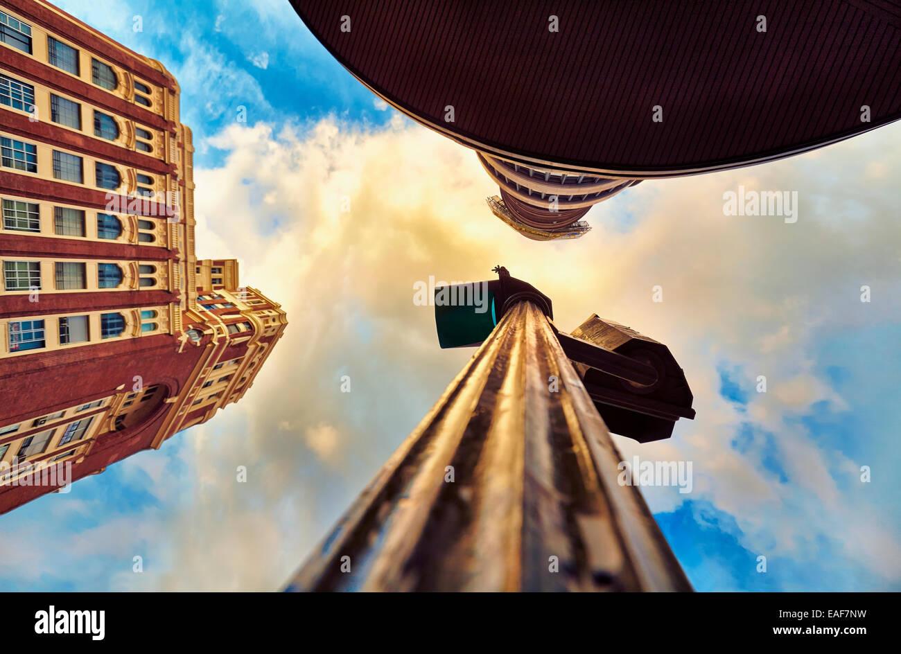 Basso angolo vista del semaforo ed edifici a Piazza Callao. Madrid. Spagna Immagini Stock
