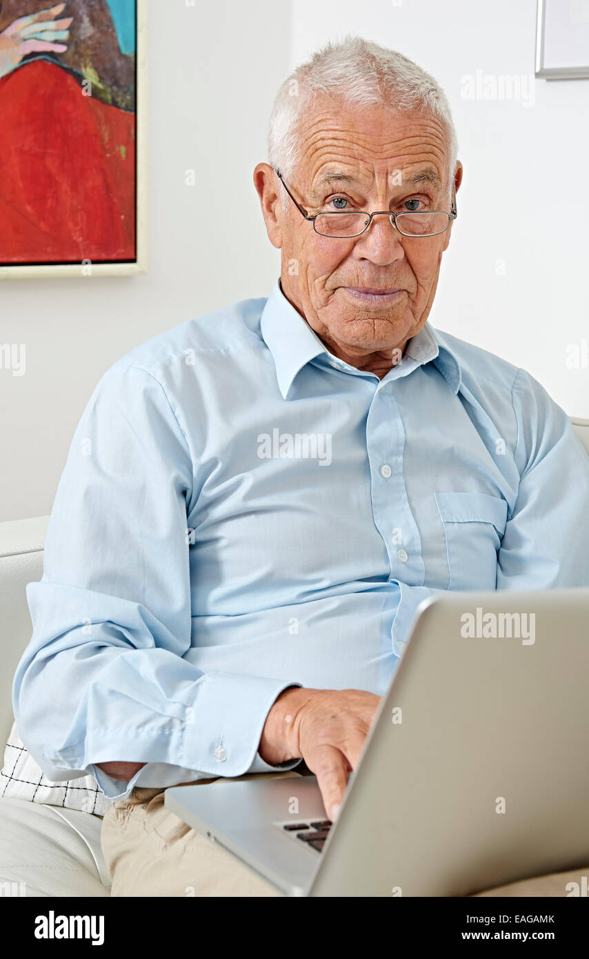 Senior con un laptop Immagini Stock