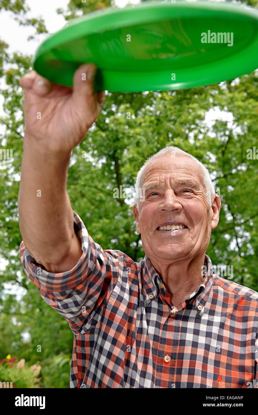 Senior gettando un frisbee Immagini Stock