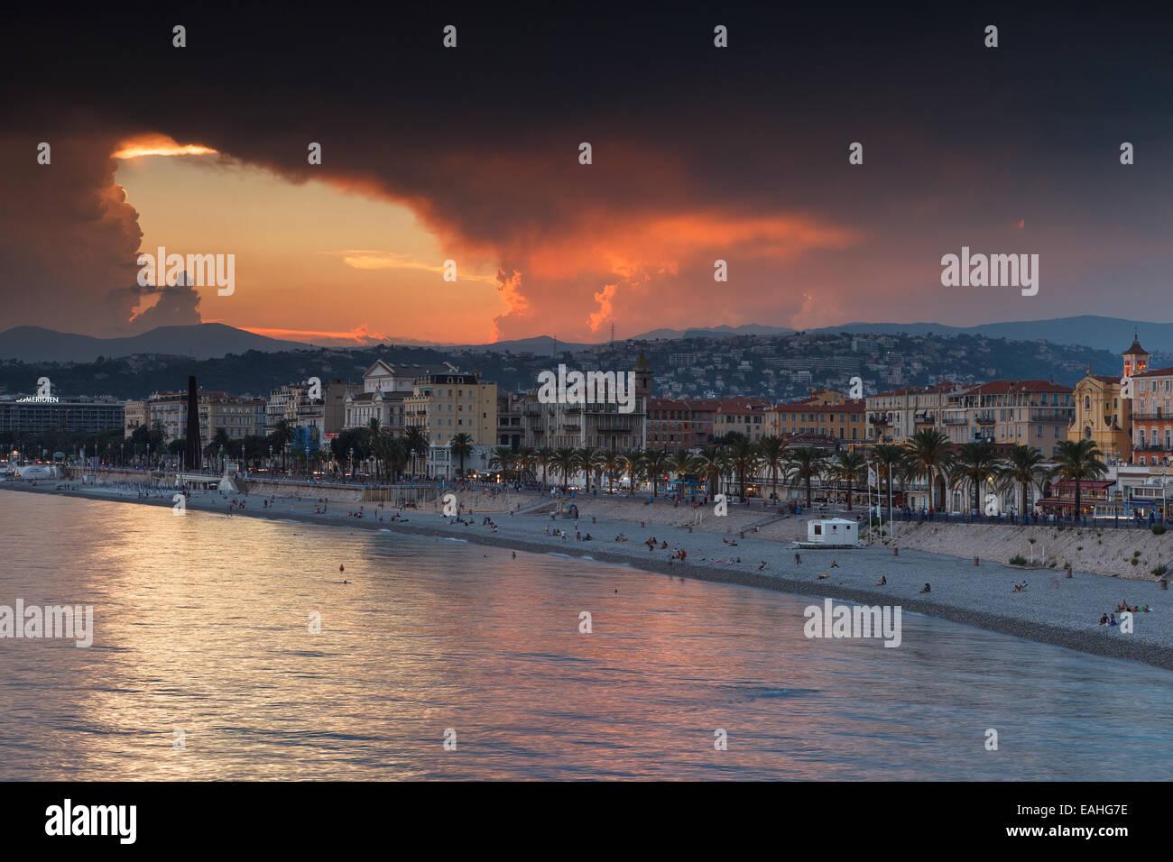 Vista di Nizza a un tramonto tempestoso, Cote d'Azur, in Francia. Immagini Stock