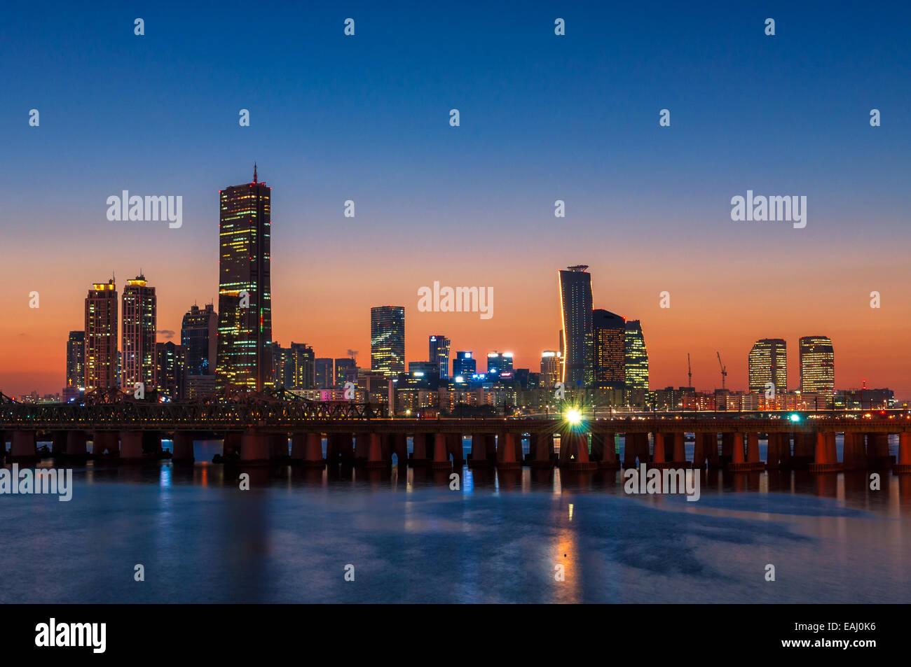 Il sole tramonta dietro i grattacieli di Seoul, Corea del Sud. Immagini Stock