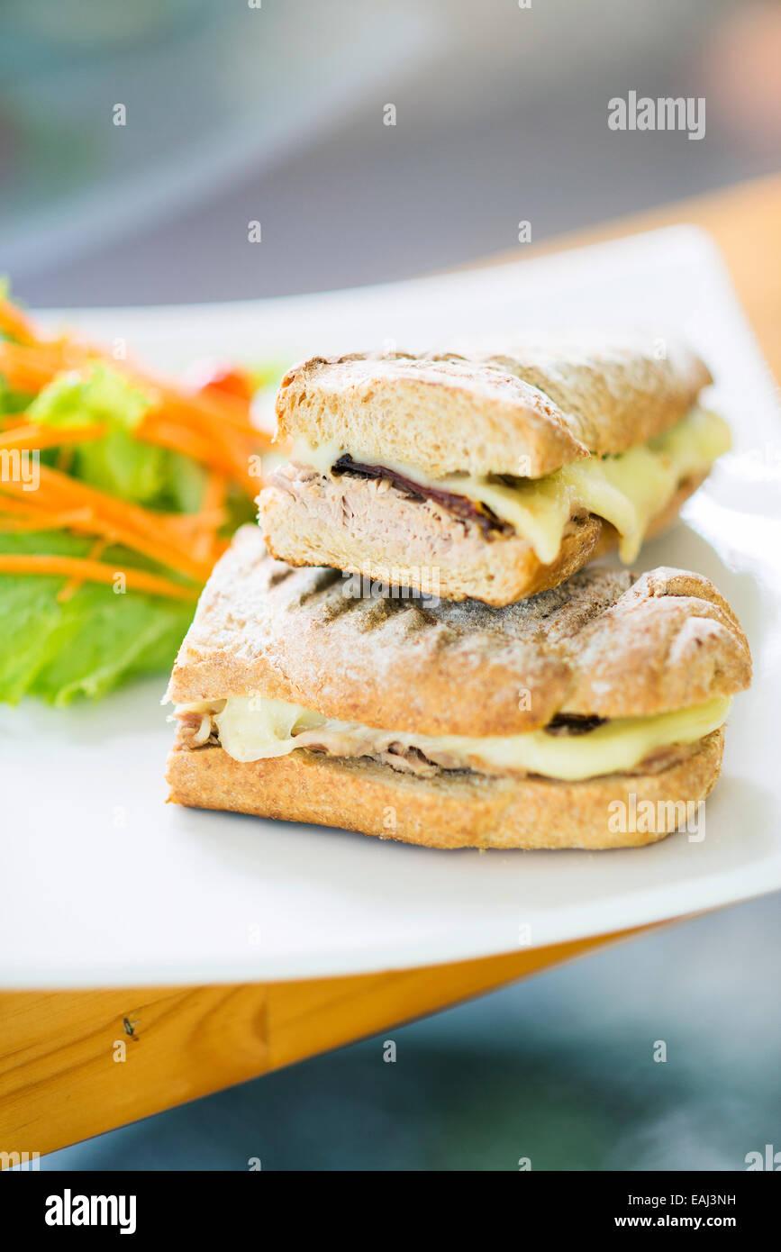 Tonno vegetariano e tostato formaggio baguette con insalata di contorno Immagini Stock