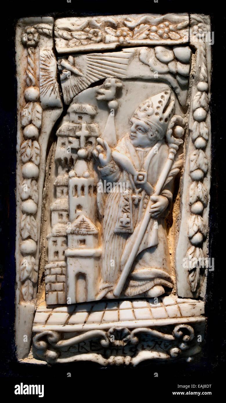 Piatto di rilegatura di libri in avorio che rappresenta un vescovo Medieval Medioevo Francia - Francese Immagini Stock