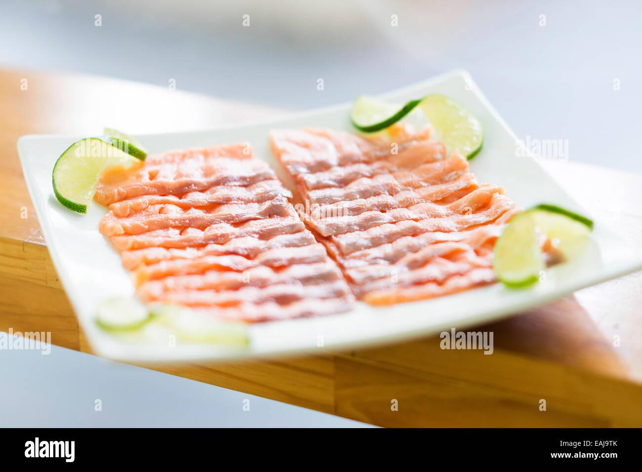 Salmone affumicato piatto sulla piastra con calce Immagini Stock