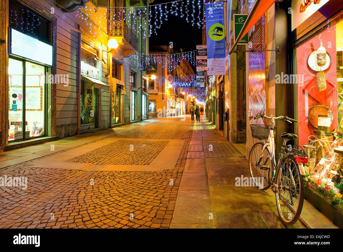 Strada pedonale nel centro storico di Alba in serata. Immagini Stock