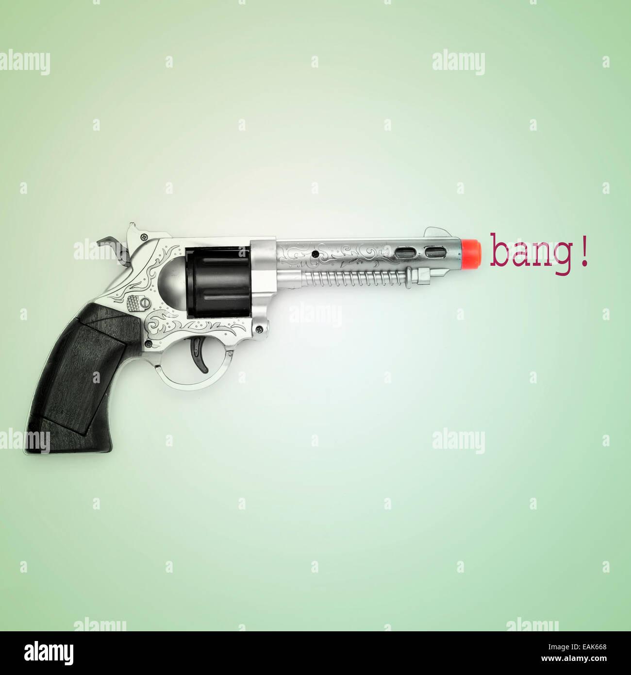 Immagine di una pistola giocattolo e la parola bang su uno sfondo blu con un effetto retrò Immagini Stock