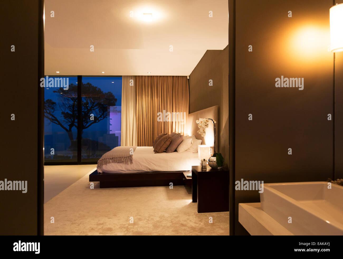 Camera Da Letto Beige : Beige e bianco camera da letto con letto matrimoniale vista dal