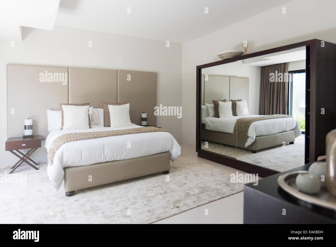 Bianco e beige moderna camera da letto con letto doppio specchio ...