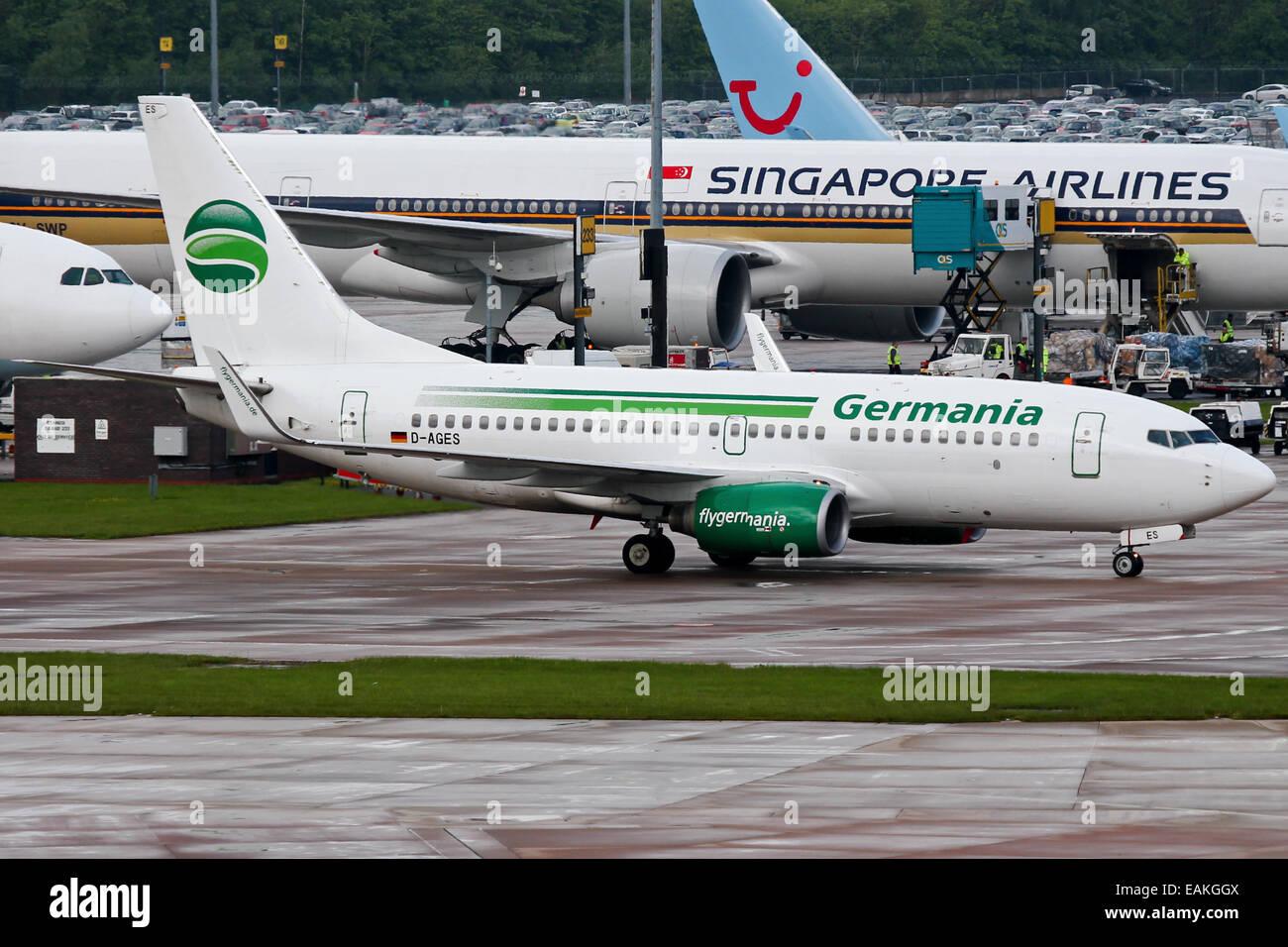 Germania Boeing 737-700 taxi al terminal dell'aeroporto di Manchester. Immagini Stock
