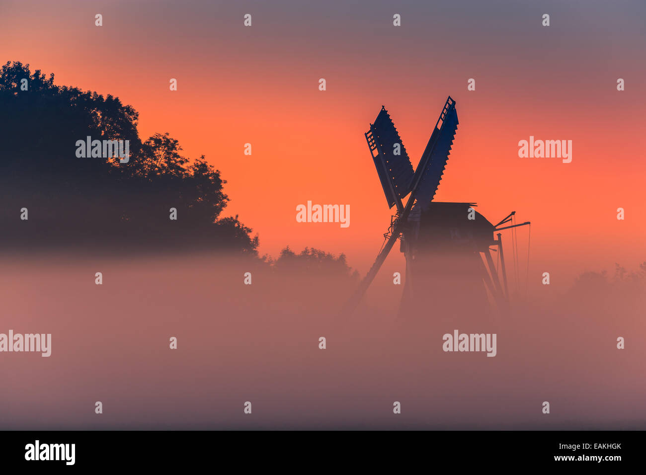 Sunrise al mulino a vento Langelandster in Garmerwolde. Provincia di Groningen, Paesi Bassi Immagini Stock
