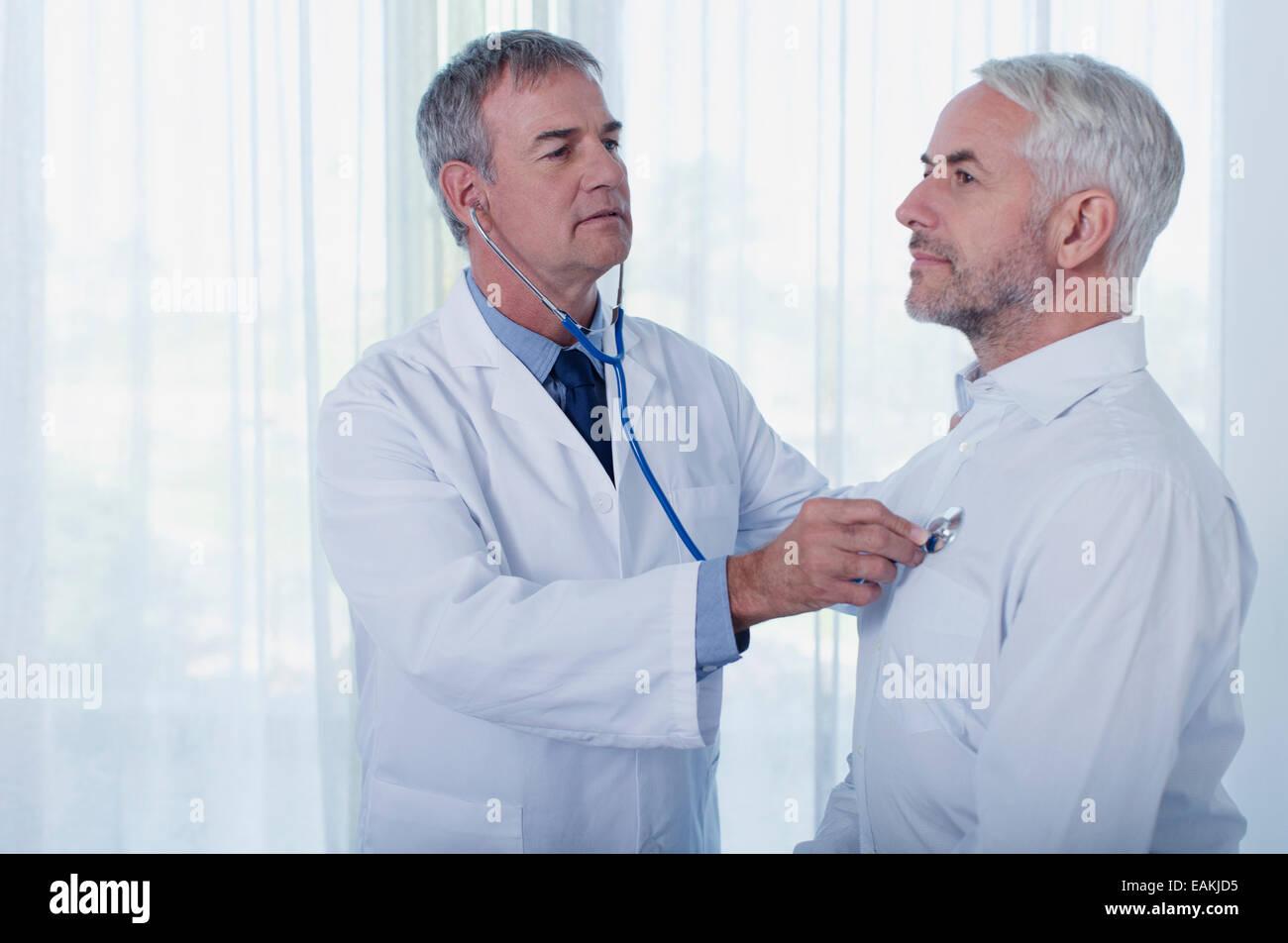 Esame medico uomo maturo con uno stetoscopio Immagini Stock
