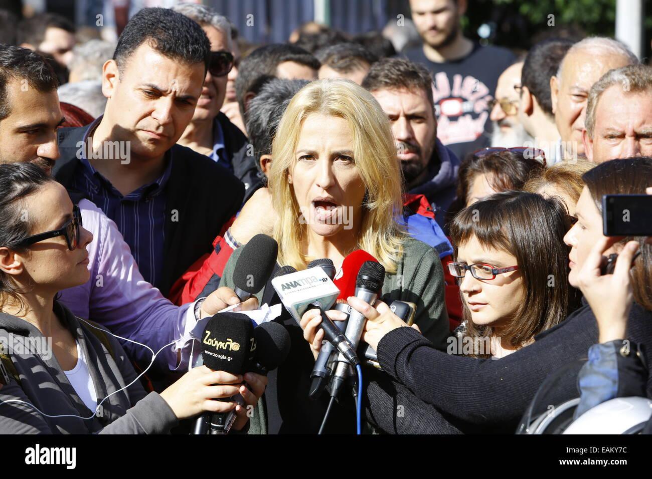 Atene, Grecia. 17 novembre 2014. Il Governatore di Attica, Rena Dourou (destra) da SYRIZA (Coalizione della sinistra Foto Stock