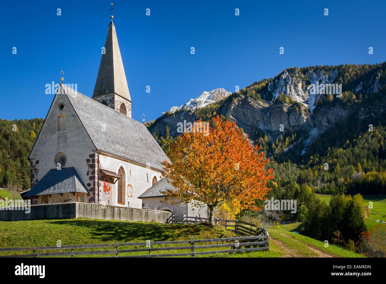 Santa Maddalena chiesa in Val di Funes, Dolomiti, Trentino-Alto Adige, Italia Immagini Stock