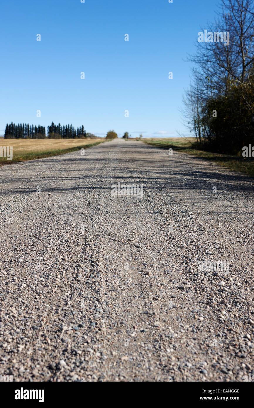 Ruvida sterrata rurale strada di ghiaia in postazioni remote in Saskatchewan in Canada Immagini Stock