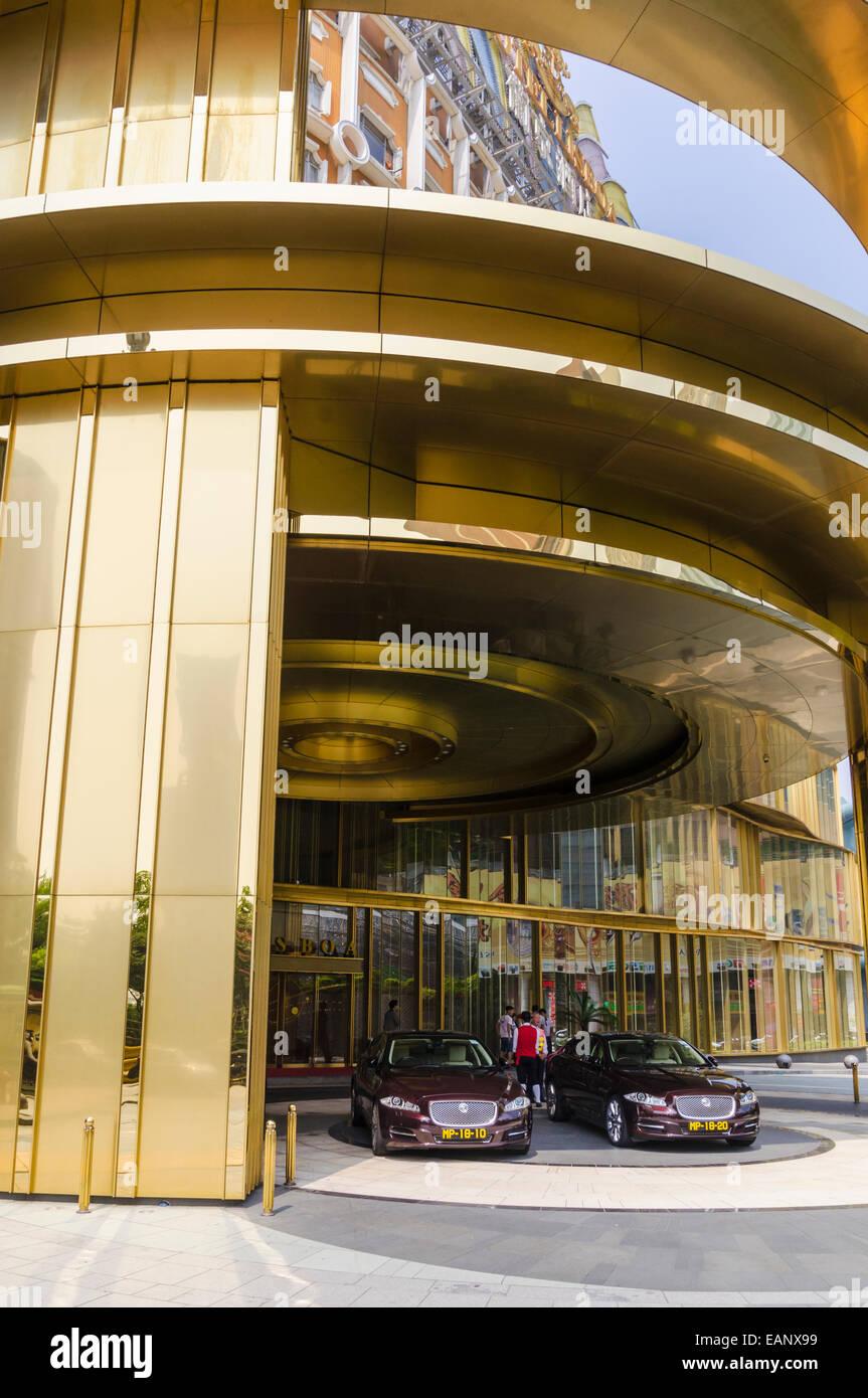 Hotel di lusso auto parcheggiate fuori l'Hotel Lisboa, Macau, Cina Immagini Stock