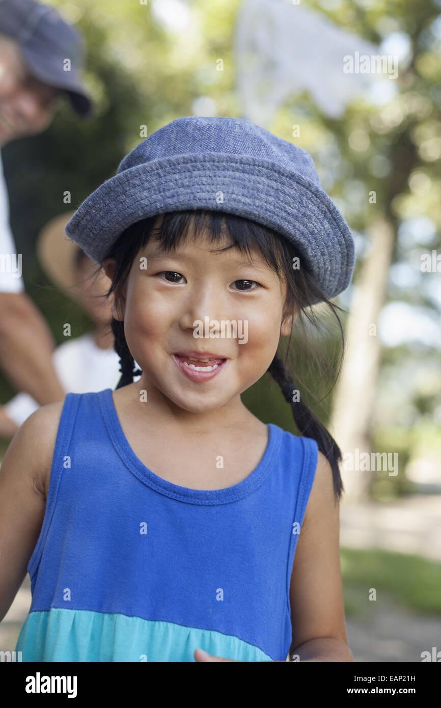 Giovane ragazza che indossa un vestito estivo e cappello per il sole. Immagini Stock