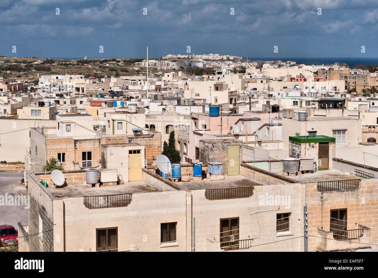 Zejtun, Malta. Un tetto con vista mostra molte case passive caloriferi di acqua solari e pannelli solari Immagini Stock
