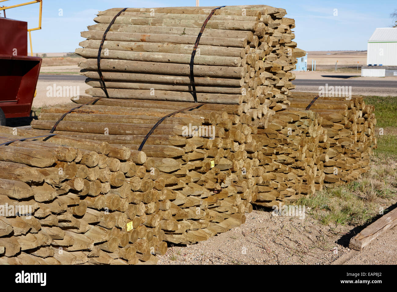 Pali di recinzione in legno poli ad un mulino Saskatchewan Canada Immagini Stock