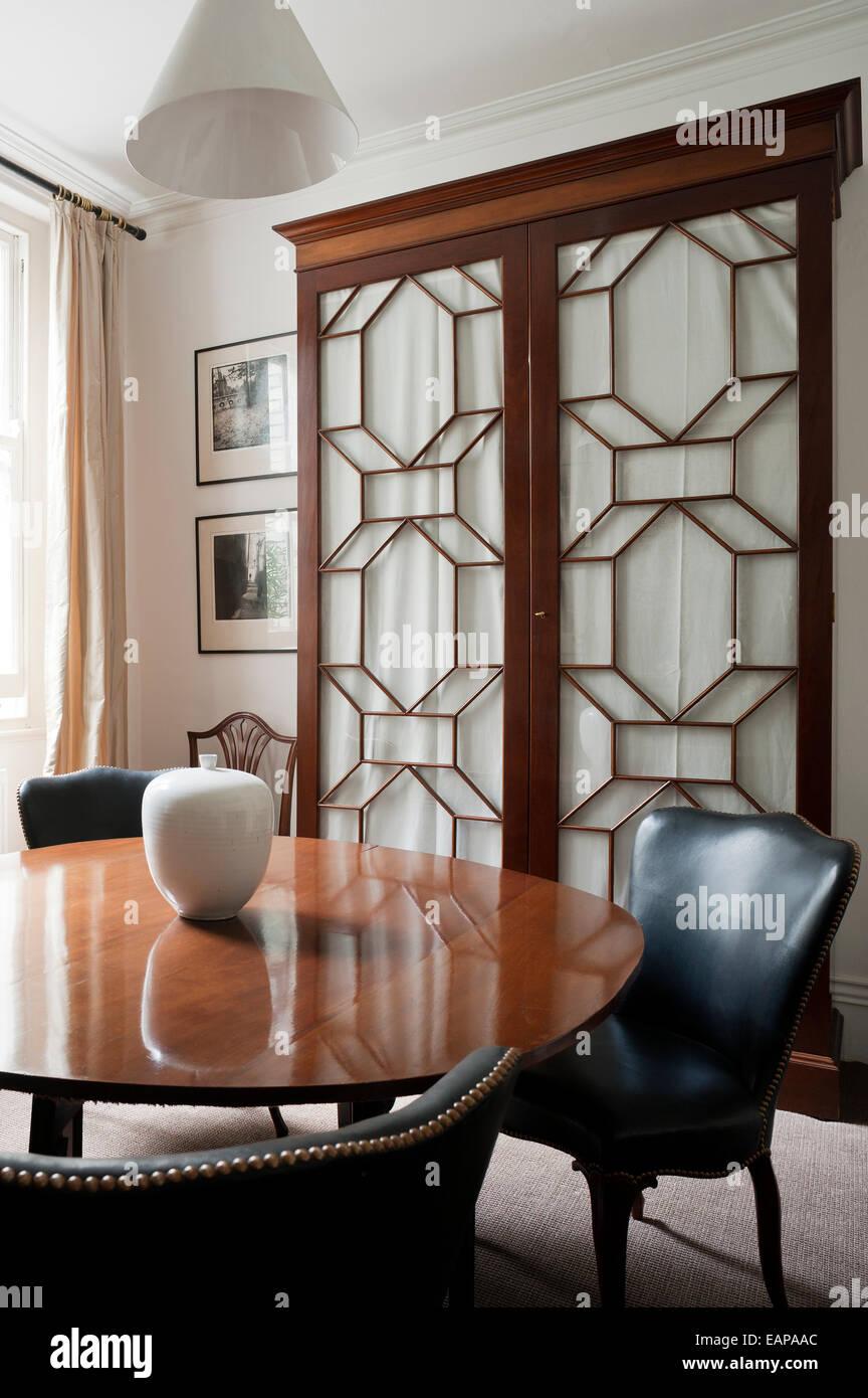 Tavolo in legno e sedie in pelle in sala da pranzo con francese ...