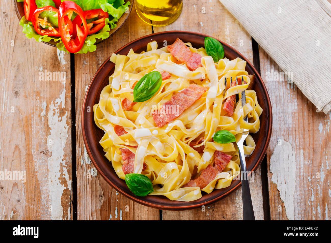 La pasta alla carbonara con pancetta e salsa Immagini Stock